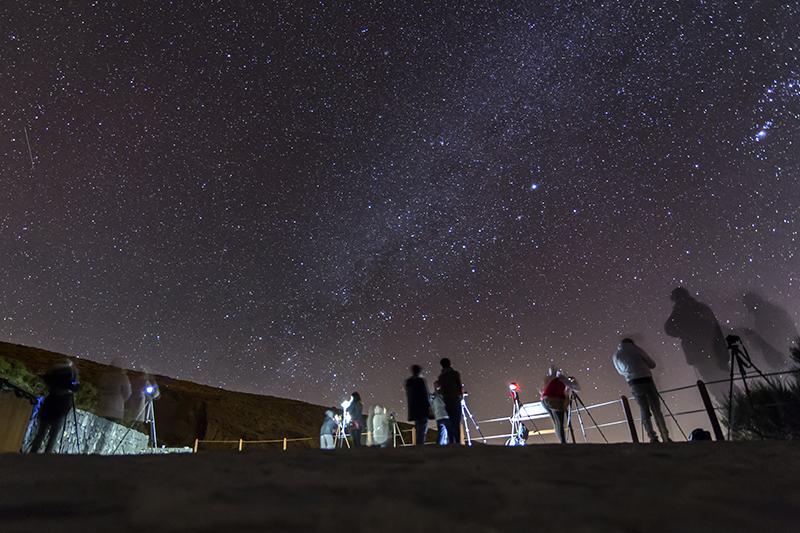 Vía Láctea con grupo de alumnos fotografiándola