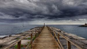 Pasarela en playa Santiago antes de la tormenta - La Gomera - Vicente R. Bosch
