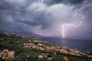Rayo en la costa norte de Tenerife en la tormenta del 11-12-2013 - Vicente R. Bosch