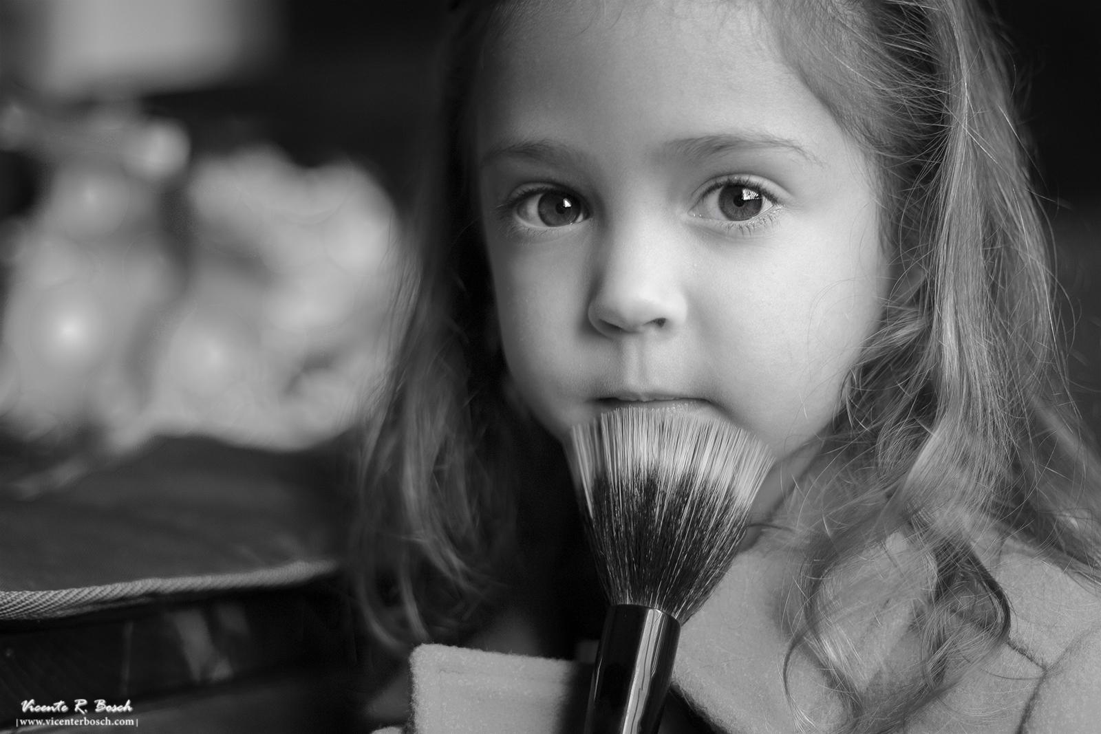 Niña con pincel - Fotografía de niños en Tenerife