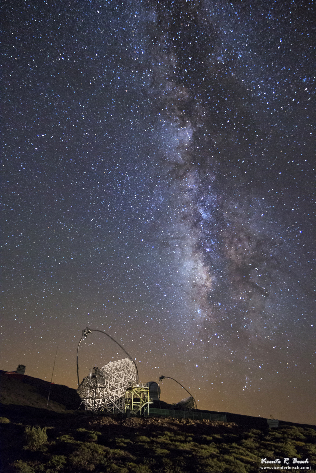 Cielo nocturno de Canarias. Vía Láctea y Magic Telescope en La Palma